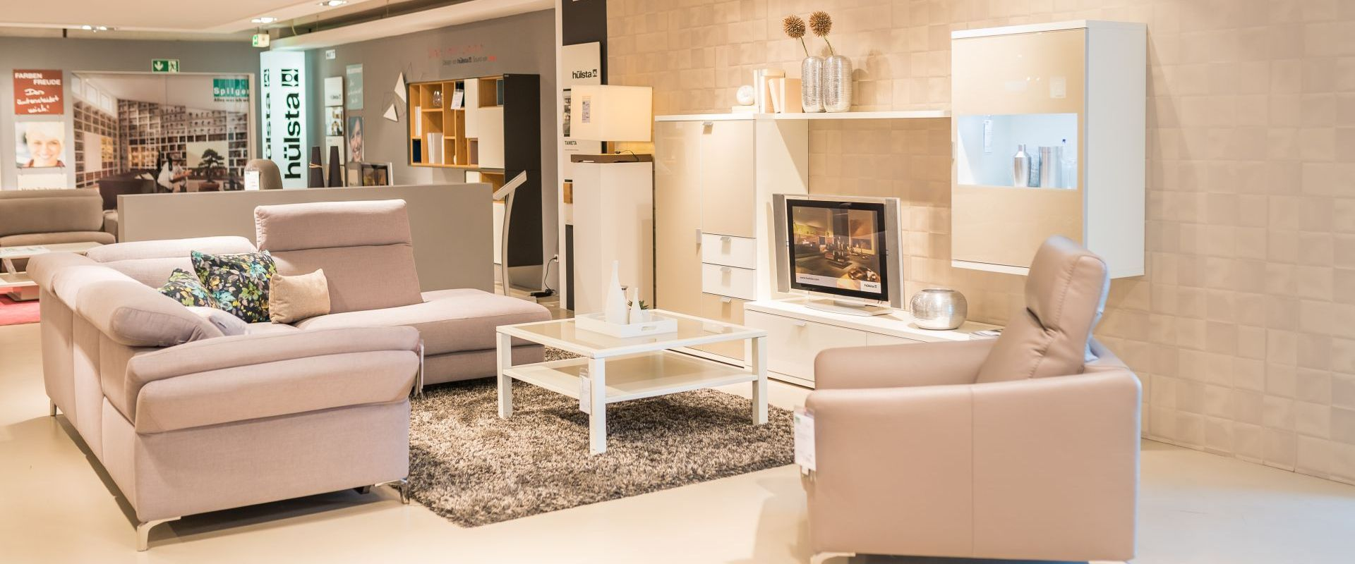 Bild Wohnzimmereinrichtung Mit Sofaecke Und Wohnwand In Beige